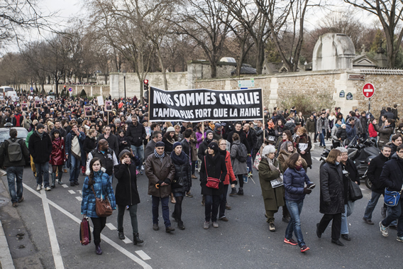 The marchers along blvd de Ménilmontant, Pere Lachaise cemetary in the background.  Photo by Danielle Voirin.