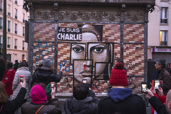 People photographing a mural on blvd de Charonne. Photo by Danielle Voirin.