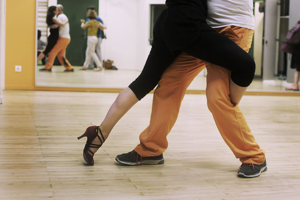 A gancho in an intermediate tango class in central Paris.